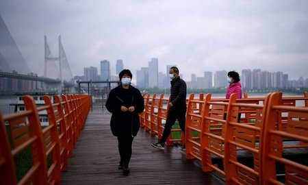 Left or right x87679553 people wearing face masks walk in wuhan hubei province the epicenter of chinas coronavirus.jpg.pagespeed.ic.y2rotycgot
